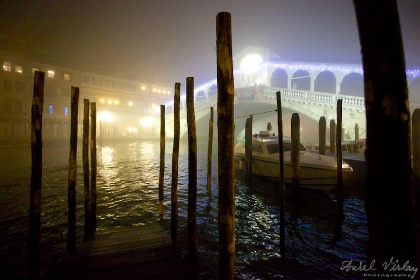 Podul Rialto peste Grand Canal.