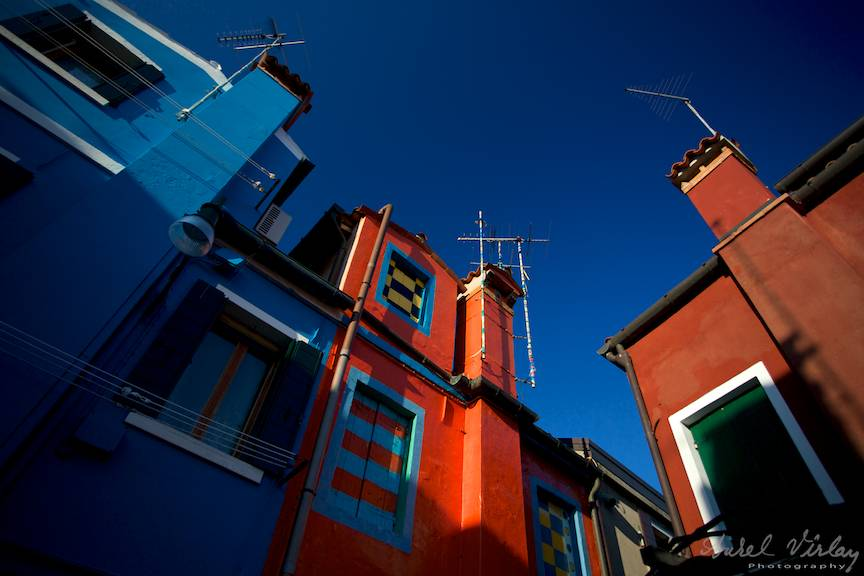 Cerul albastru intens a colorat casele, sau casele au colorat cerul din Burano?