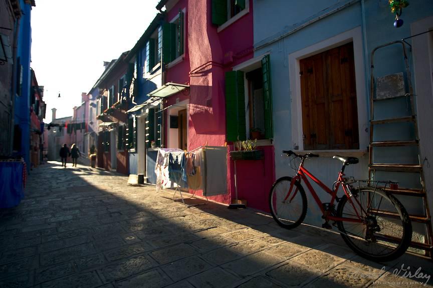 Si biciletele sunt viu colorate in acest orasel pierdut in nordul lagunei venetiene.