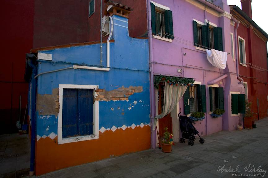 Fotografie pe o strada laterala din mahala italiana de Burano.
