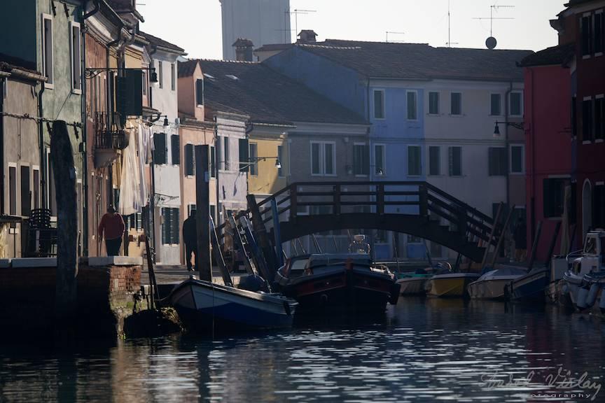 Canal de acces al barcilor in orasul viu colorat.