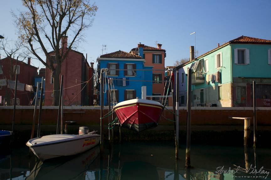 Pescarii din Burano vopsesc viu colorat atat casele cat si barcile!