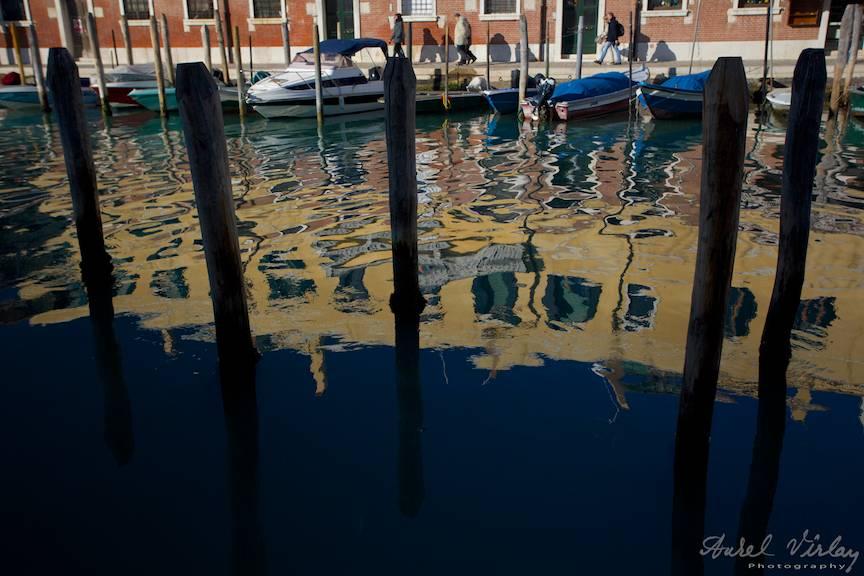 Cladirile din Murano reflectate in apa lagunei.