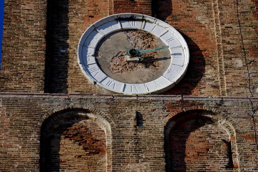 Ceasul vechi de piata inca functional.