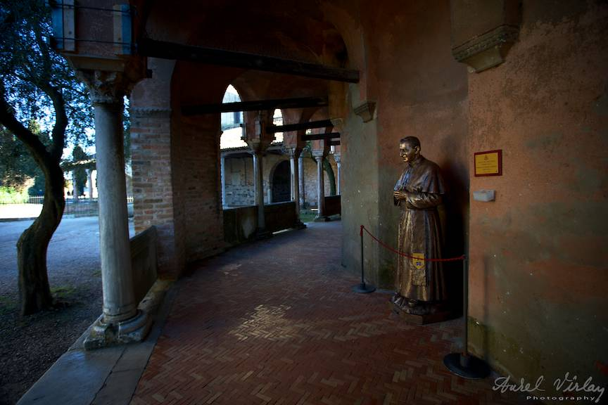 Pe sub coloanele manastirii.