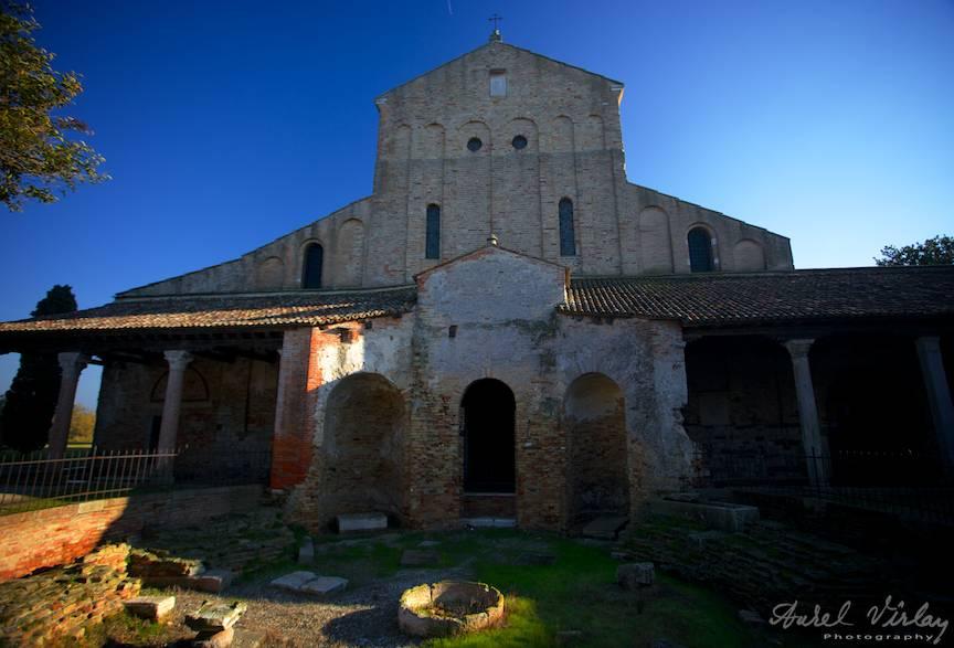 Manastirea din centrul Insulei Torcello ca motiv turistic Islands Tour din Venetia.