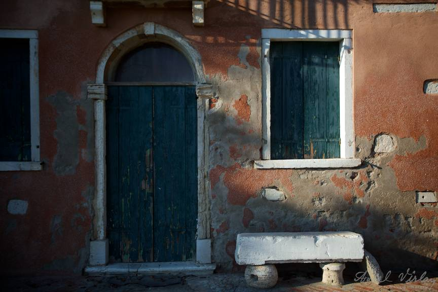Lumina laterala de dupa-amiaza reliefeaza arhitectura traditionala a unei case.