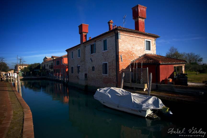 Canalul principal al insulei Torcello si frumoasele cosuri de caramida rosie.