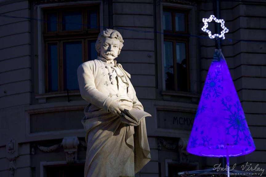 Statuia lui Gheorghe Lazar sub lumini de sarbatori la Universitate.