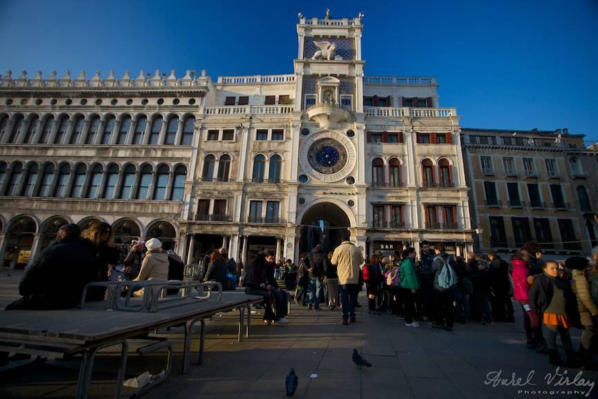 Piata San Marco Venetia Italia sub frumoasa lumina laterala de Apus de Soare.
