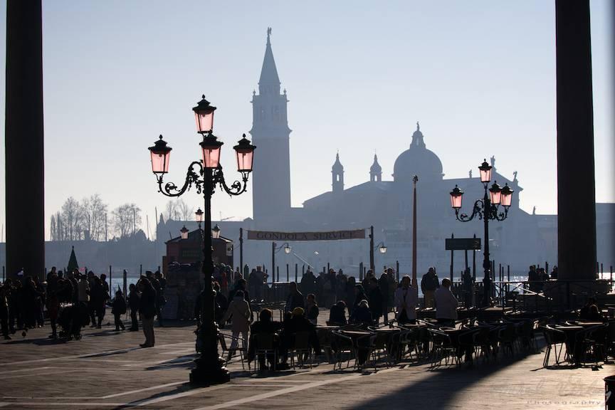 Venetia. Peisaj citadin cu siluete in Piateta San Marco.