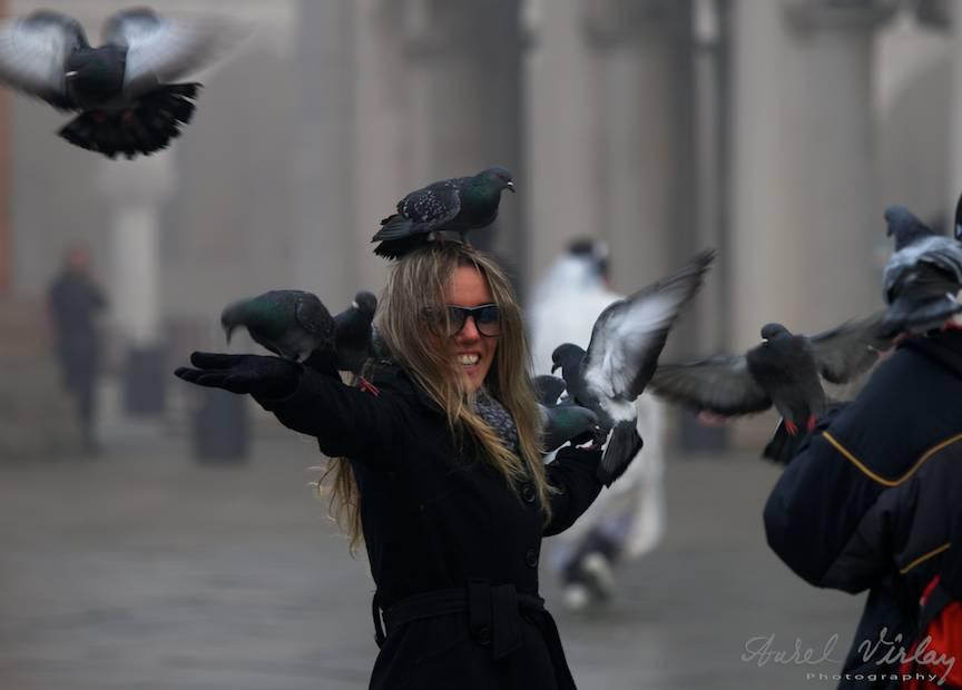 Fotojurnalism de strada cu asaltul porumbeilor asupra unei turiste.