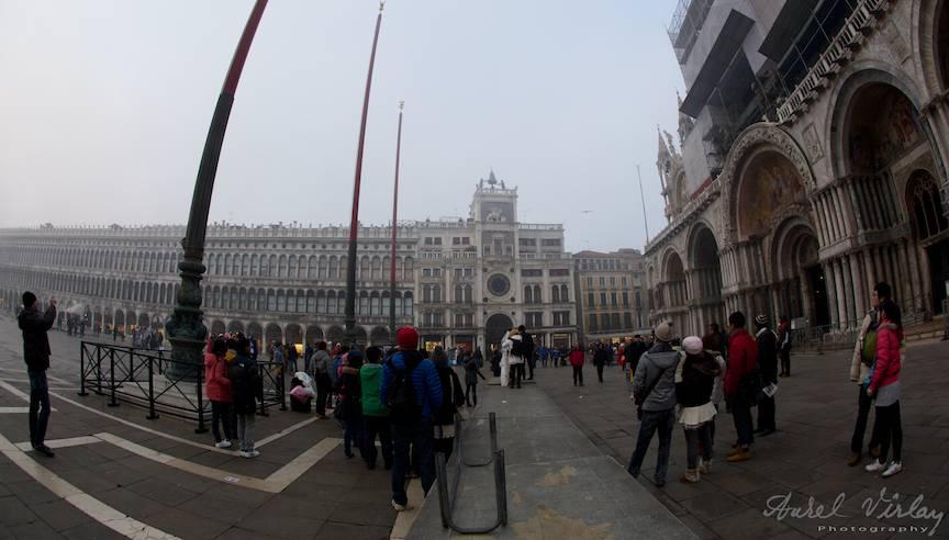 Ceata lunii Decembrie coboara in Piata San Marco.