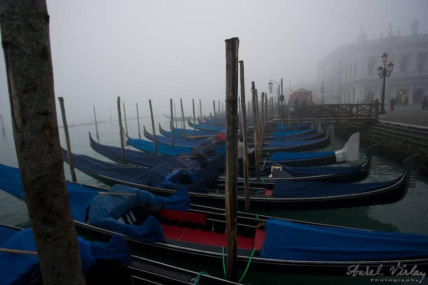 Gondole pierdute in ceata deasa langa cheiul Piatetei San Marco.
