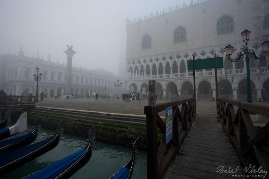 Fotografia facuta de pe ponton gondole cu Palatul Dogilor si Piateta San Marco in ceata.