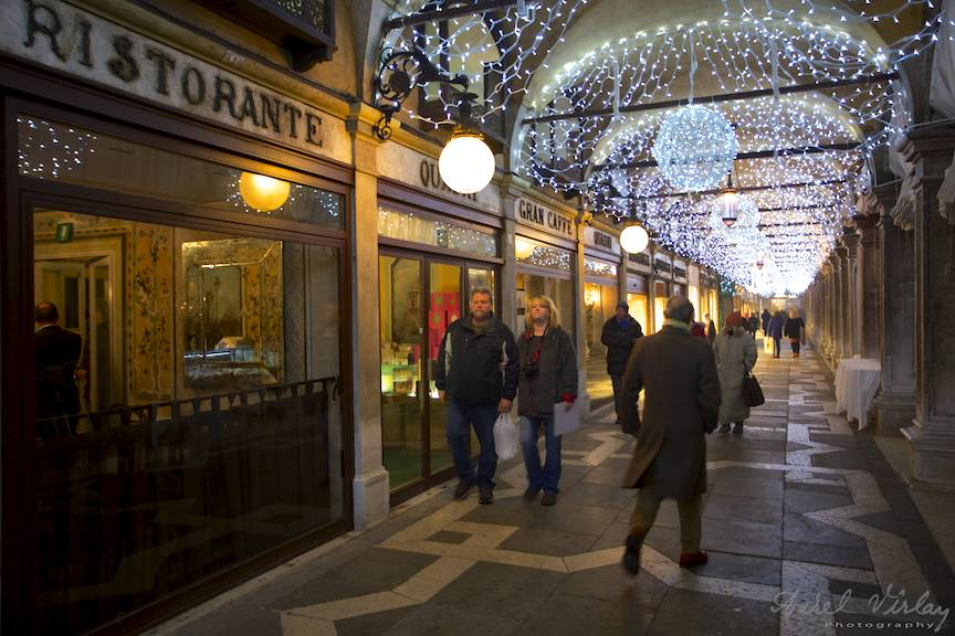 Piata San Marco vazuta seara pe sub arcade gatite de sarbatori.