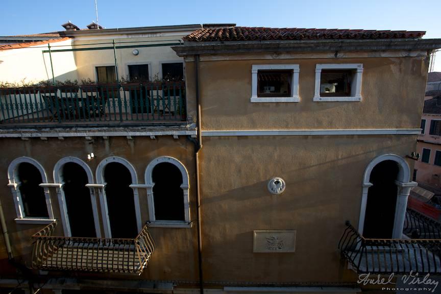 Diminetile unui fotograf cuminte cand Soarele alinta arhitectura venetiana.