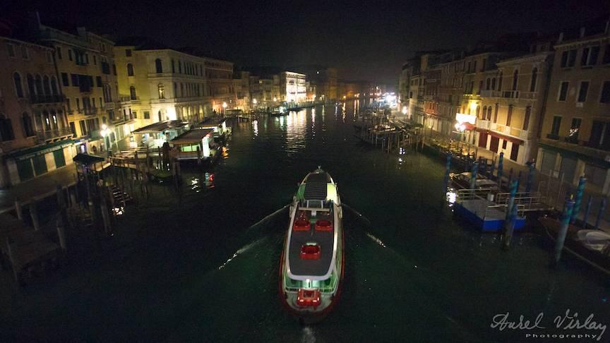 Peisaj foto nocturn de pe Podul Rialto din inima Venetiei.