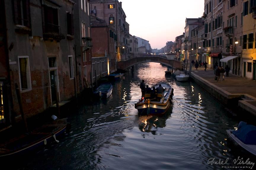 In Venetia se circula doar cu piciorul sau cu barca!