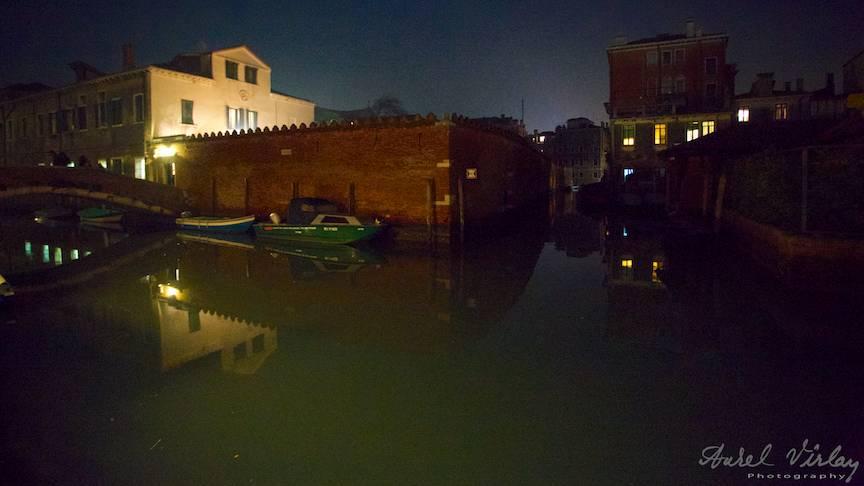Peisaj foto citadin in laguna venetiana reflectata in apa.