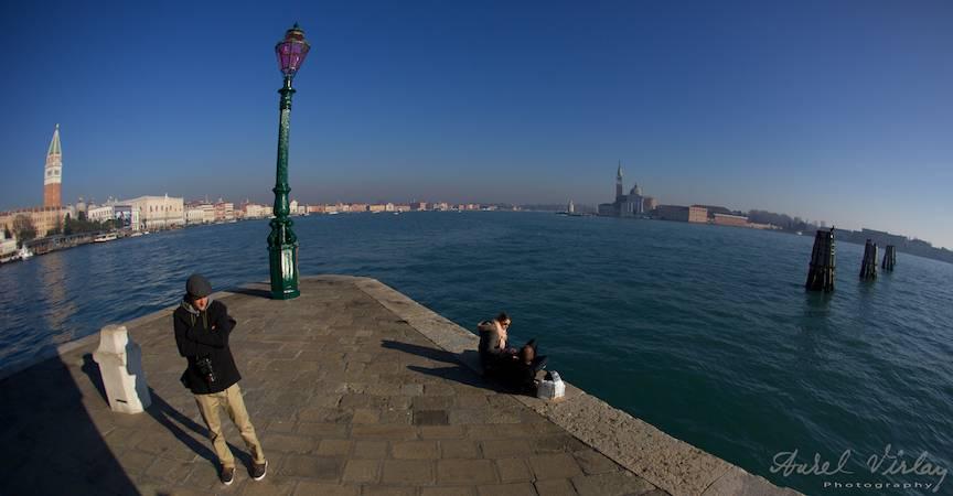 Peisaj foto panoramic cu far pe cheiul Venetiei din orasul vechi.