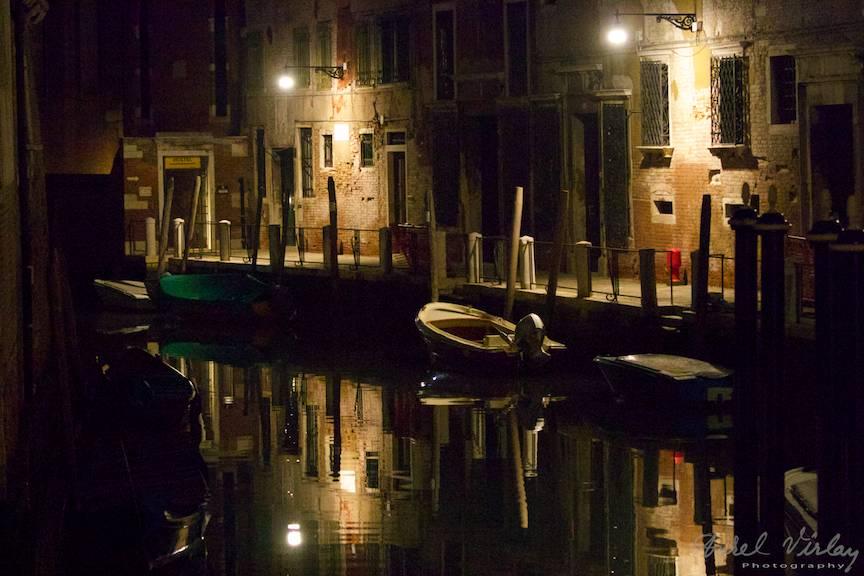Jocuri de Lumini si Umbre noaptea tarziu in Venetia.