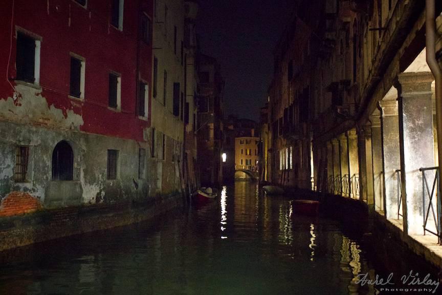 Linistea se asterne pe canalele lagunei venetiene.