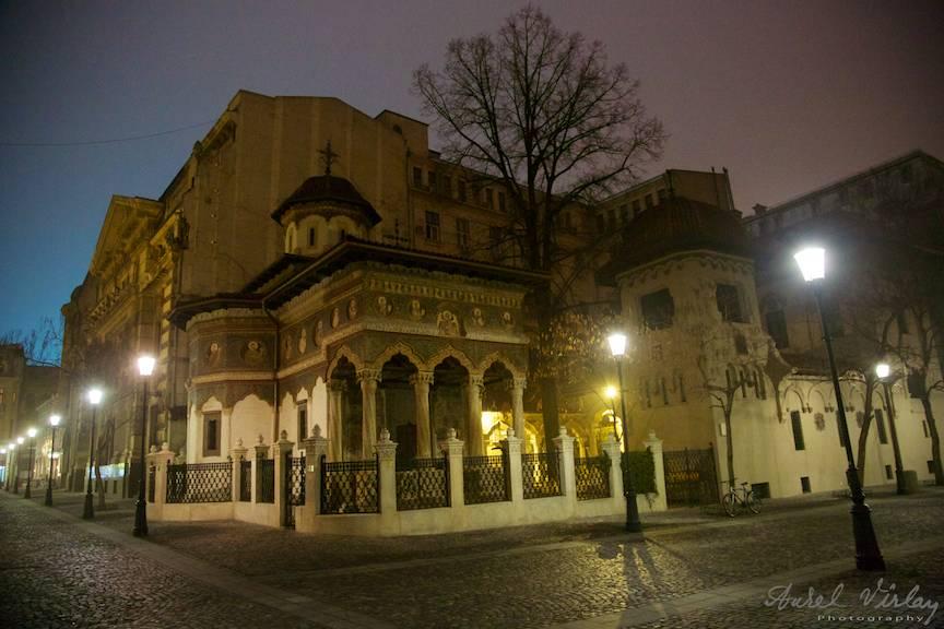 Peisaj foto nocturn cu Biserica Stavropoleos din Bucuresti.
