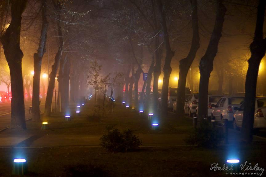 Dialogul cromatic nocturn al orasului meu este pus in evidenta de ceata.