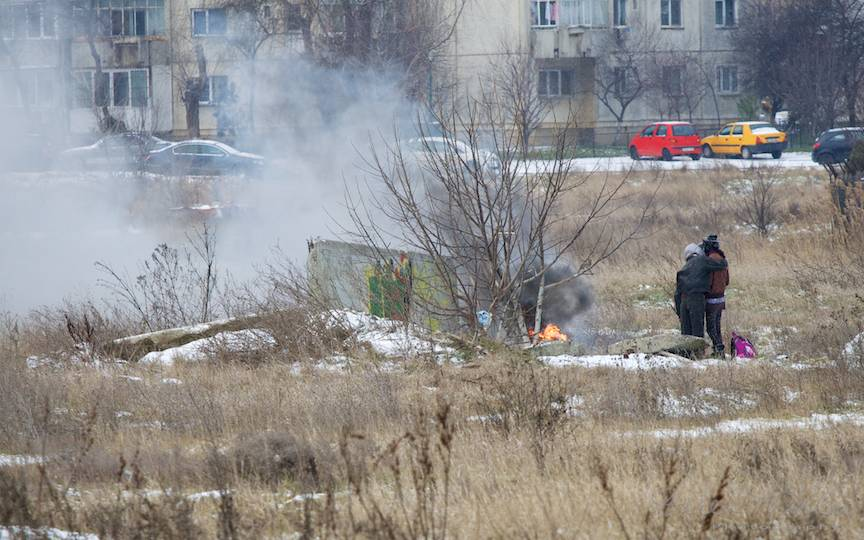 Sarutul la foc de tabara intre homeless.