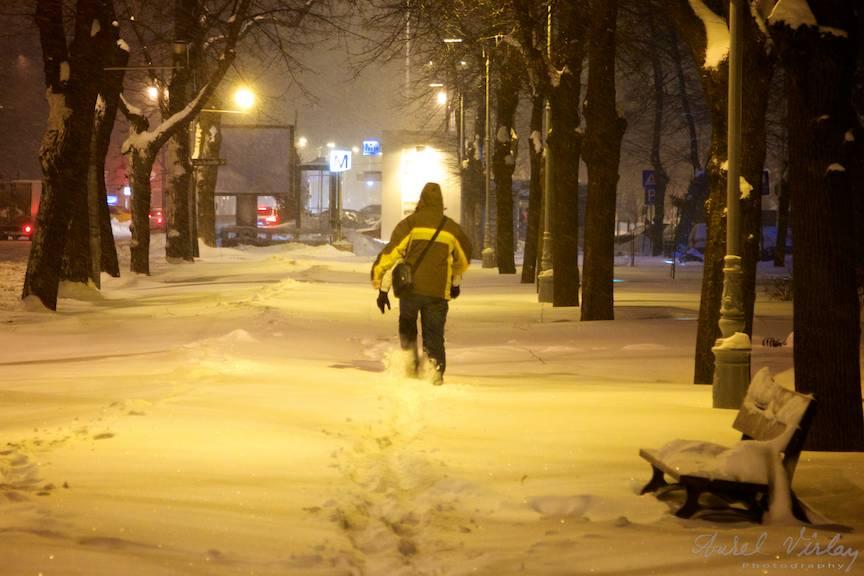 Fotojurnalism de strada iarna prin omatul mare asternut pe trotuar.