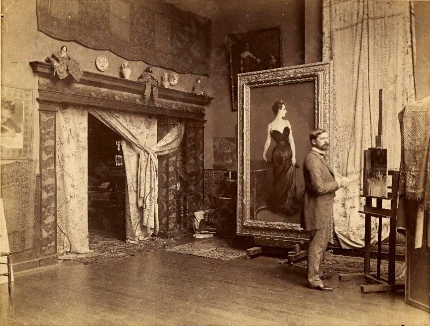 Pictorul Sargent fotografiat in atelierul lui din Paris in 1885.