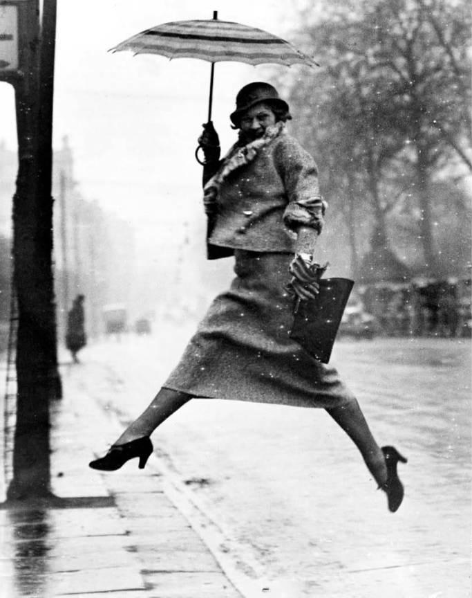 Fotografia lui Martin-Munkacsi *The pudle jumper* - in Revista Harper's Bazaar din 1934.