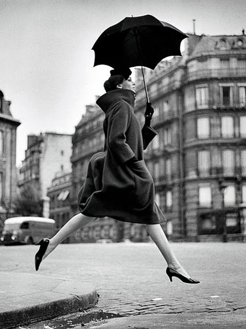 *Jumping Umbrella* 1957 - Fotografie de Richard Avedon omagiu Fotografului Martin Munkacsi.