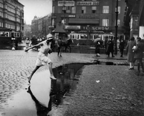 Fotografia originala Jumping the puddle in Berlin Zoo-Station 1925 Friedrich Seidenstücker.