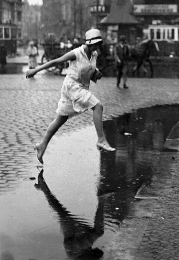 Jumping the puddle in Berlin Zoo Station 1925 Fotografie Crop publicata de Friedrich Seidenstücker.