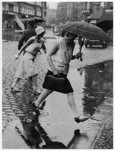 Jumping the puddle - Berlin Zoo Station 1930 Fotojunralism de strada autentic semnat Friedrich Seidenstücker.