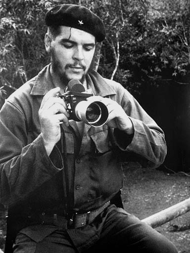 Fotograful incepator Che Guevara descifrand misterele diafragmei pe un aparat foto Leica.
