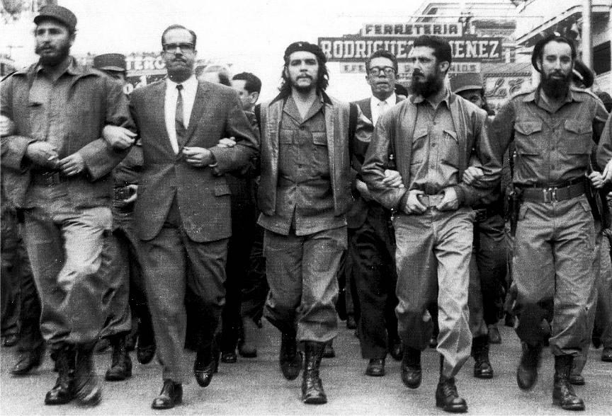 Fotoreportaj de strada din revolutia cubaneza: Fidel Castro (st.) si El Comandante Che Guevara (centru).