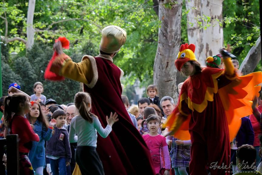 Copiii pariticipand activ alaturi de actorii teatrului Zurli din Bucuresti.