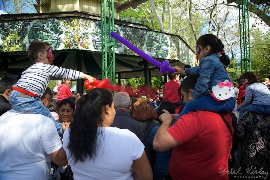 Fotojurnalist martor la un duel cu baloane intre un baiat si o fetita!