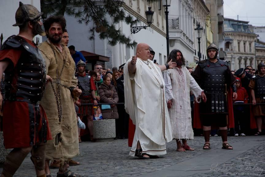 Guvernatorul Pilat din Pont lasa poporul evreu sa aleaga intre talharul Baraba si Iisus Hristos.