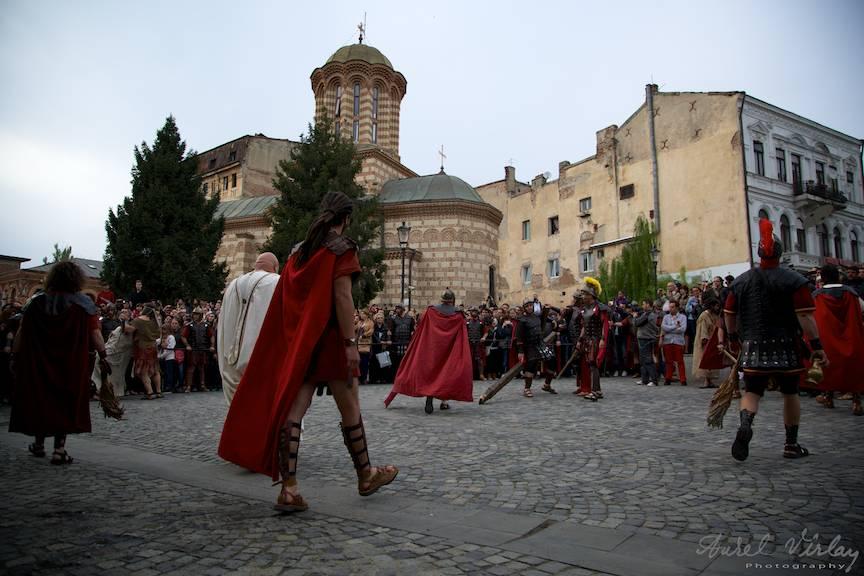 Fotografie de ansamblu amintind de piata templului si soldatii romani care o controlau.