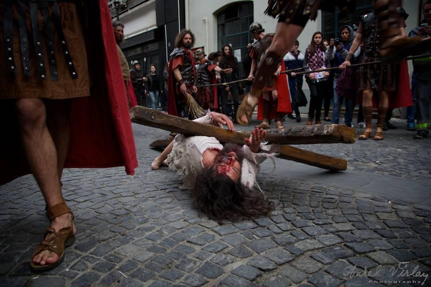 Soldat roman sarind peste Crucea lui Iisus Hristos cand acesta a cazut sub greutatea ei.