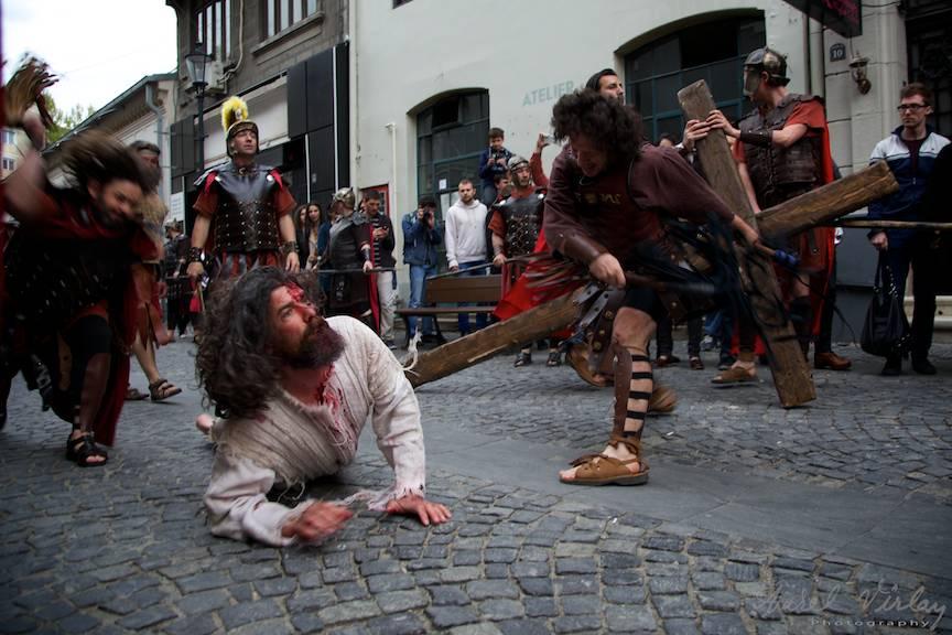 Sceneta cu biciuirea lui Iisus slabit si insangerat in mijlocul strazii Covaci din Centrul Vechi al Bucurestiului.