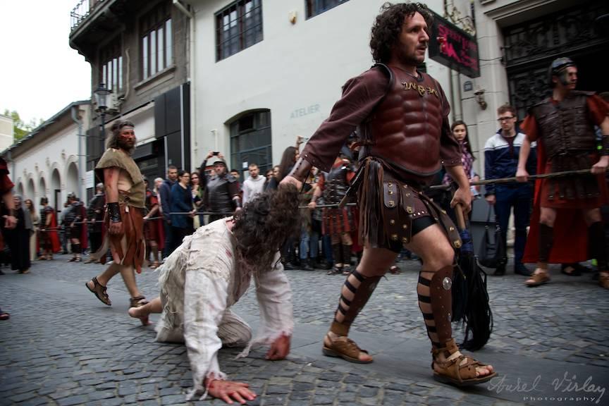 Scena cu chinurile lui Iisus pe Drumul Crucii: un soldat roman il taraie tragandu-L de par.