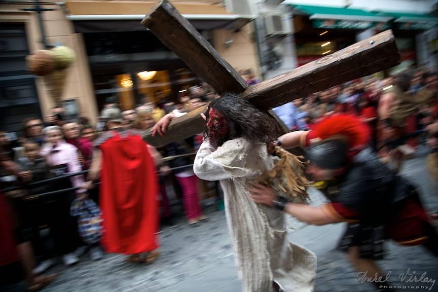 Fotografie care aminteste cum Iisus Hristos a fost imbrancit cu brutalitate de soldatii romani.