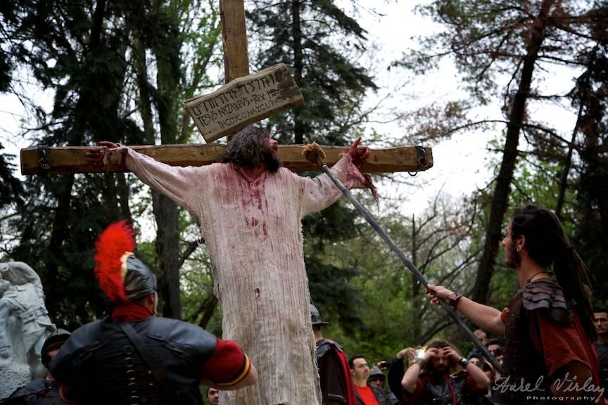 Soldatii romani isi bat joc de Iisus, udandu-I buzele cu un buret imbibat in otet.