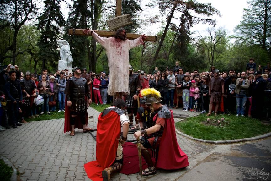 Soldatii romani jucand zaruri langa Crucea pe care era rastignit Iisus.
