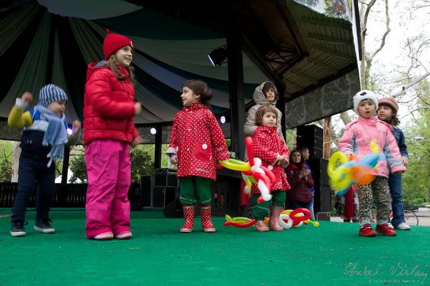 Copiii iau locul actorilor pe scena de la Foisor din Cismigiu.